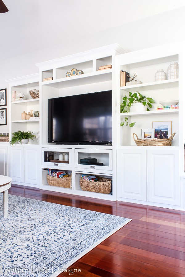 Tips on how to decorate a bookshelf including the steps to take when decorating your bookshelves and ideas on bookshelf decor accessories.
