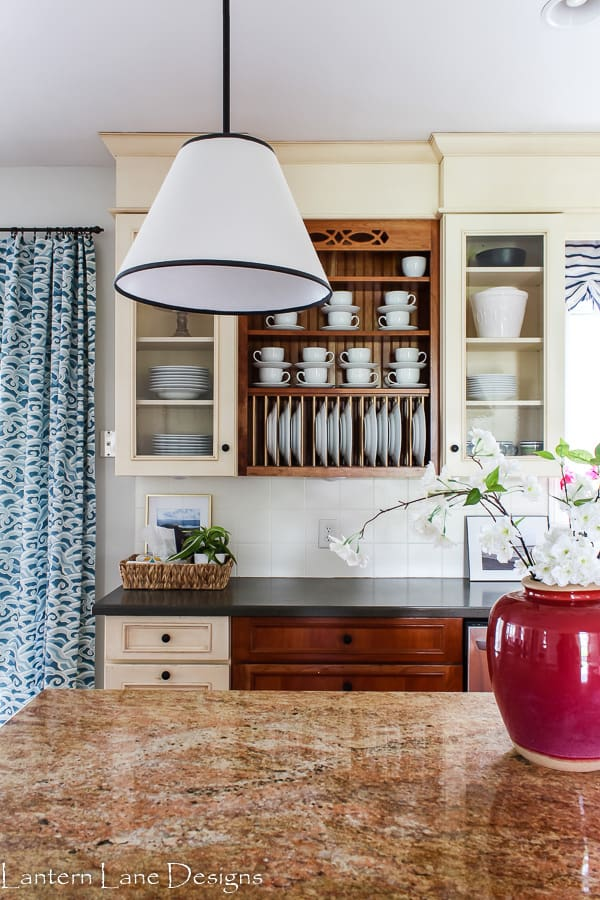 How to organize your kitchen if you have glass cabinets