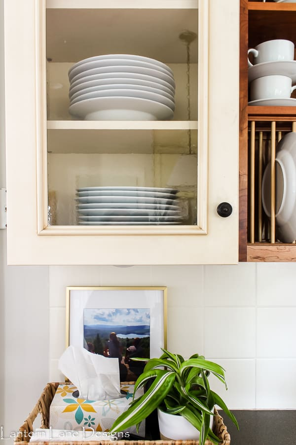 How to organize kitchen cabinets if you have glass inserts