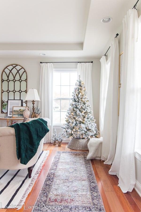 Moderner Bauernhaus-Weihnachtsbaum